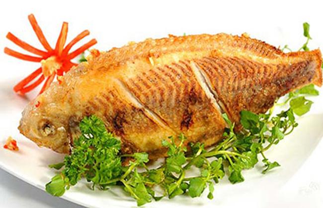 Mẹo chiên cá vàng thơm mà không lo dính chảo